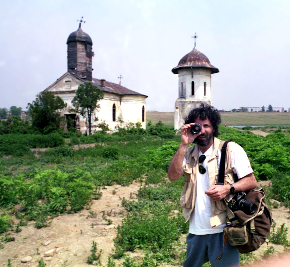 Manu langa o biserica din Romania